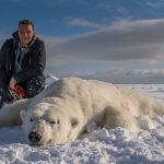Lång ut på packisen utanför Svalbard träffade vi den här bjässen. 7-800 kilo tror jag dom sa han vägde. Det blev bråttom tillbaka till helikoptern när han började piggna till.