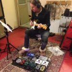 """Sebbe Nylund lägger fantastiska gitarrer på """"Här är jag nu"""" albumet."""
