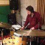"""Ola Hultgren spelar, alltså verkligen SPELAR, trummor på """"Här är jag nu""""-albumet."""