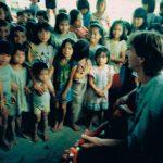 """Gitarrspel för Dayakbarn på Borneo, 89 Det var mina drömmars resa. Att få ta sig in i det innersta av Borneo, att kanske hitta byar dit nya världen inte nått. Evighets långa dagsmarcher genom regnskogen tog oss dit. Jag kände mig fånig att vi släpade med oss en gitarr. Men väl framme visade det sig vara det bästa vi kunde tagit med. """"Frtitiof Anderssons Polka"""" var en hit!!!"""