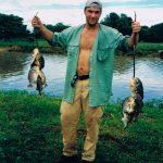 """Pirayafiske. Brasilien -98 Via ett tips från fotografen Staffan Widstrand hade vi hittat en riktig cowboy i Pantanal som vi hängde med någon vecka ute på hans """"ranch"""" långt ute i träskvärlden. Strax efter att vi fiskat pirayor badade vi i floden. Är man snabbt i och snabbt ur går det tydligen bra."""