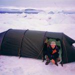 Jag och Staffan Widstrand paddlade i en fjord på jakt efter narval. Den här dan var vi så långt från land på eftermiddagen att vi campare på ett jäkligt stort isflak.