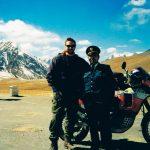 """Gränsposteringen mellan Kina och Pakistan på Karakoram Highway. (Highway skall nog skrivas """"HIghway"""", har man inte motorcykel kan man bli stående ett bra tag när klippblock blockerar vägen). PJ:s African Twin, motorcykeln, var det många som ville bli fotade med"""