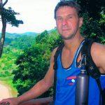 """Återbesök i Taman Negara. Malaysias stora nationalpark och min favorit regnskog. Man kan ta sitt pick och pack och knata in i skogen och få uppleva dom mest fantastiska ting. Första gången där såg jag elefant och tapir, näshornsfåglar och varaner och mötte dom sista av skogen ursprungsbefolkning, Orang Asli, en afton på stigen. Nu klämde jag och Kerstin in en snabb- besök som bröllopsresa mellan Expedition Robinson och Allsång. Min kompis PJ tyckte att """"det är tur att ni båda två är terränggående""""."""