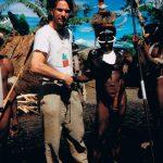 Nya Guinea. 1995 tror jag. Byn visste att vi var på ingång och ville ta emot oss på festligaste vis. Dom fejkade ett överfall när vi kom i full stridsmundering. Penisfodral ingår tydligen även i den.