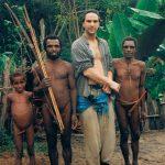 """Som sagt, jag har nog oftast velat att resorna skall vara resor i tiden. Nya Guinea är nog det optimala. Att få vandra i bergen och komma till byar där dom """"klär"""" sig så här, använder stenyxor på riktigt och har vildsvinständer som valuta. Det är en riktigt rejäl tidsresa."""