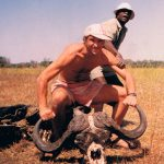 Okawango deltat 1993. Okawango är… something else. Inga jeepar, inga andra inom synhåll på flera dagar. Men fullt ställ på allt vad Afrika har att erbjuda av djurliv. Man åker i en urholkad trästam genom träsket, somnar till lejon om kvällarna och funderar mycket på om det inte hade varit bra om guiden ändå hade haft något slags vapen med sig. Utifall. Den här vattenbuffeln ett par månader tidigare hade t.ex. inte varit att leka med.