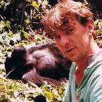 """Reste runt i Östafrika och hamnade i Uganda. Väl där upptäckte jag att det gick att ta sig till Zaire där man kunde ta sig till gorillorna. Jag sitter med en mick i handen och gör ett inslag till P3:s """"Radioapparaten"""""""